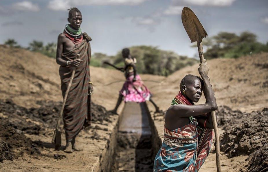 Des membres de la communauté Turkana travaillent